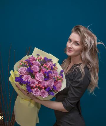 Букет из эквадорских роз, статицы и свежего эвкалипта