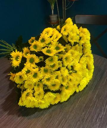 Букет из 11 желтых кустовых хризантем