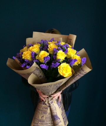 Букет из 13 желтых эквадорских роз и 14 статиц