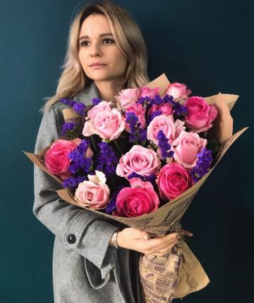 Букет из 15 розовых роз и 10 статицы