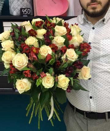Букет из 19 российских роз и 10 альстромерий