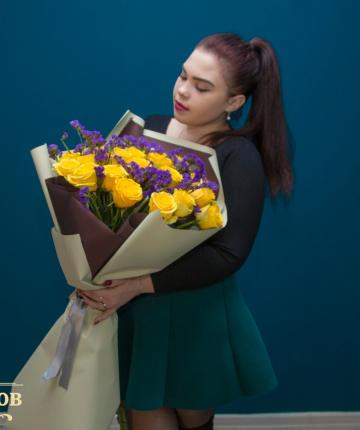 Букет из 21 желтой эквадорской розы и 10 статиц