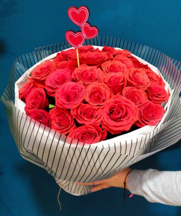 Букет из 25 красных эквадорских роз в двойной упаковке