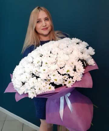 Букет из 33 белых кустовых хризантем