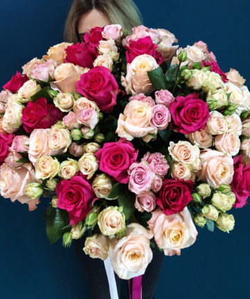 Букет из 45 кустовых и одноголовых роз