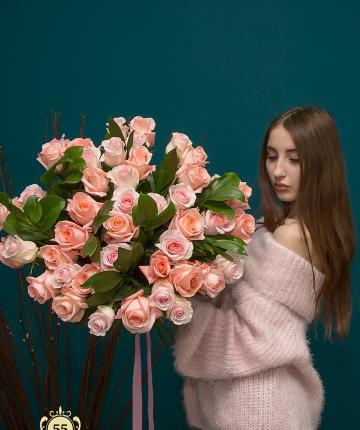 Букет из 45 розовых роз и 10 рускуса