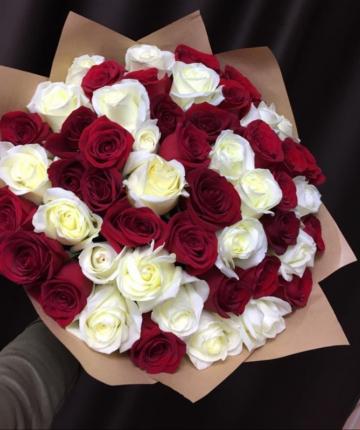 Букет из 51 белой и красной эквадорской розы