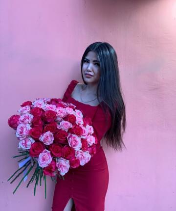 Букет из 51 розовых и красных эквадорских роз