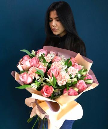 Букет из альстромерий, эквадорских роз и гвоздик - 35 шт.