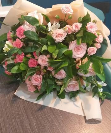 Букет из альстромерий, кустовых роз и рускуса - 31 шт.