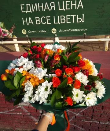 Букет из альтромерий, рускуса, подсолнуха, кустовых роз и хризантем - 23 шт