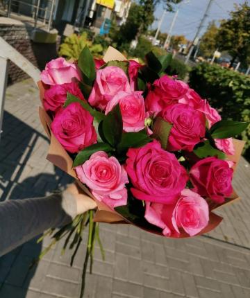 Букет из алых эквадорских роз и рускуса - 25 шт.