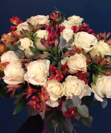 Букет из белых эквадорских роз и альстромерий - 29 шт.