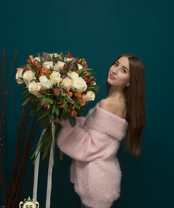 Букет из 19 белых эквадорских роз и  16 альстромерий