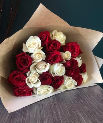 Букет из белых и красных эквадорских роз - 25 шт.