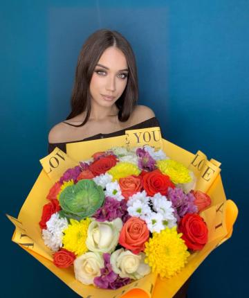 Букет из брассики, альстромерий, эквадорских роз, одноголовых и кустовых хризантем - 34 шт