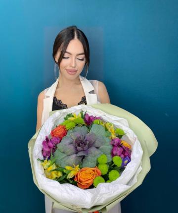 Букет из брассики, ирисов, альстромерий, эквадорских роз и кустовых хризантем - 16 шт