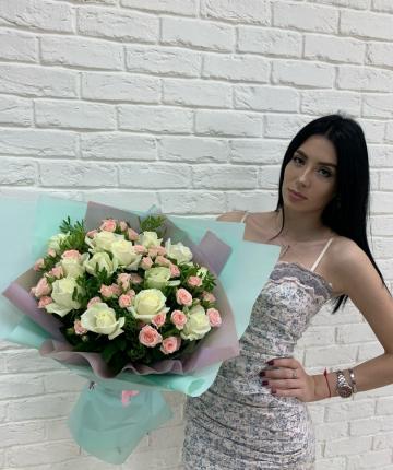 Букет из эквадорских и кустовых роз - 29 шт
