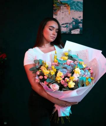 Букет из эквадорских и кустовых роз, лизиантусов и эвкалипта - 29 шт