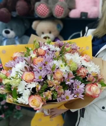 Букет из эквадорских роз, альстромерии, хризантем и лизиантусов - 39 шт
