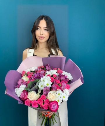 Букет из эквадорских роз, альстромерий, брассики, кустовых роз и хризантем - 29 шт
