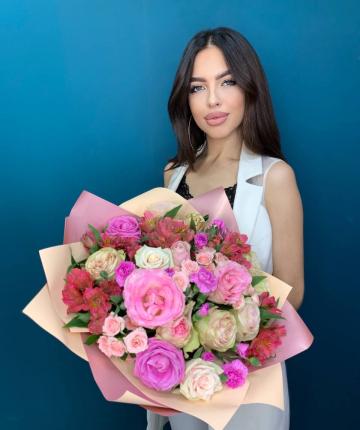 Букет из эквадорских роз, альстромерий, кустовых роз и гвоздик - 28 шт