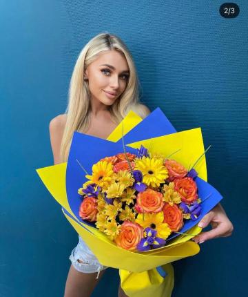 Букет из эквадорских роз, гербер, ирисов, кустовых хризантем - 25 шт