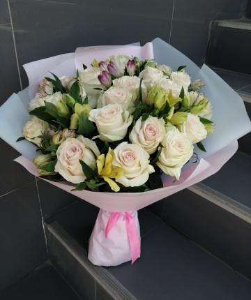Букет из эквадорских роз и альстромерий - 25 шт