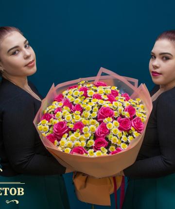 Букет из 25 эквадорских роз и 20 хризантем