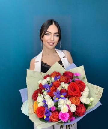 Букет из эквадорских роз, ирисов, кустовых роз и гвоздик - 35 шт