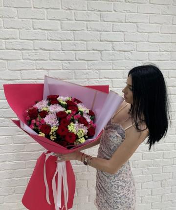 Букет из эквадорских роз, статицы и кустовых роз - 31 шт