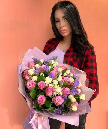 Букет из эквадорских роз, статицы и кустовых роз - 37 шт