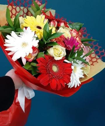 Букет из гербер, кустовых роз и рускуса - 27 шт.