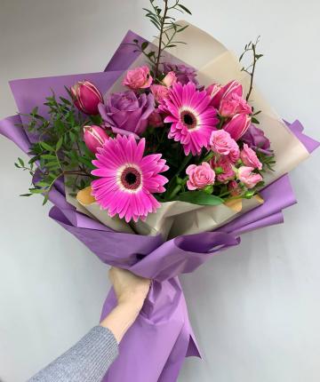 Букет из гербер, тюльпанов, кустовых и эквадорских роз и фисташек - 15 шт