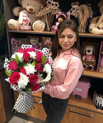Букет из хризантем, лилий и эквадорских роз - 19 шт.