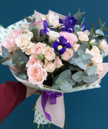 Букет из ириса, кустовых роз, эвкалипта и эквадорских розами - 21 шт