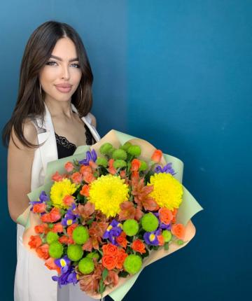 Букет из ирисов, одноголовых хризантем, альстромерий, кустовых роз и хризантем - 26 шт