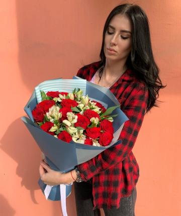 Букет из красных эквадорских роз и альстромерий - 25 шт