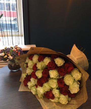 Букет из красных и белых эквадорских роз - 51 шт