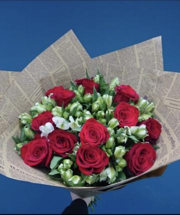Букет из красных российских роз и альстромерии - 25 шт