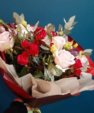 Букет из кустовых и эквадорских роз и эвкалипта - 23 шт.