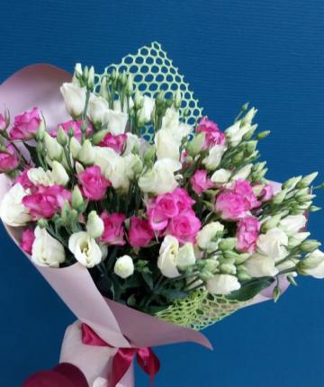 Букет из кустовых роз и лизиантусов - 15 шт