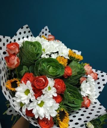 Букет из кустовых роз, подсолнухов, брассики и хризантем - 19 шт.