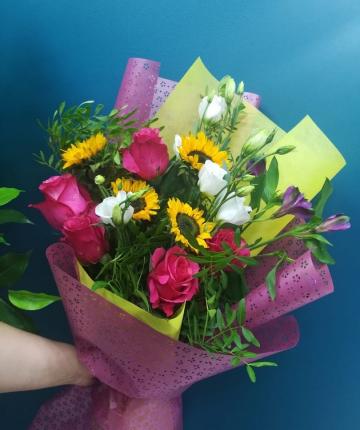 Букет из лизиантусов, альстромерий, эквадорских роз и подсолнухов - 19 шт