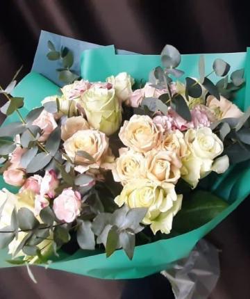 Букет из нежных эквадорских и кустовых роз и эвкалипта - 19 шт.