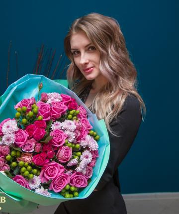 Букет из российских роз, хризантем, кустовых роз и эвкалипта