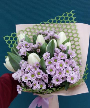Букетик из белых тюльпанов и кустовых хризантем - 13 шт