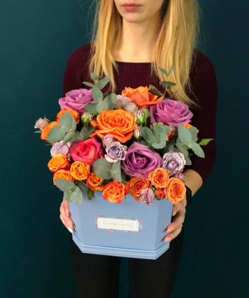 Композиция из эквадорских, кустовых роз и эвкалипта