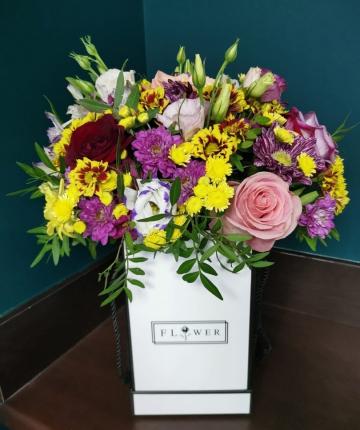 Композиция из эквадорских роз, хризантем и лизиантусов в коробке - 19 шт.
