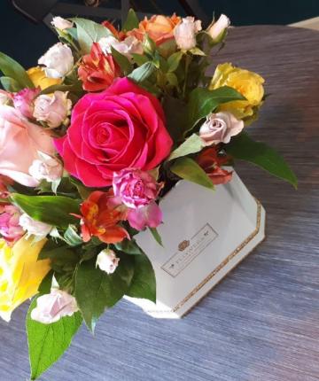 Композиция из эквадорских роз, кустовых роз и альстромерии в шляпной коробке - 25 шт.